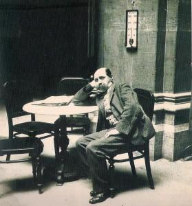 Der 48-jährige Peter Altenberg im Jahre 1907 in seinem Wohnzimmer, dem Cafe Central in Wien. Foto: Sammlung oepb