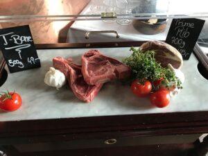 Fleisch sollte vor dem genussvollen Verzehr stets gebraten oder gekocht werden. Foto: oepb