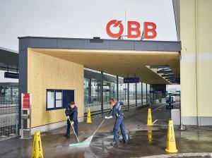 Wie jedes Jahr steht auch bei den ÖBB zu dieser Jahreszeit der klassische Frühjahrsputz auf dem Programm  speziell auf den Bahnhöfen. Foto: ÖBB / Sebastian Reich