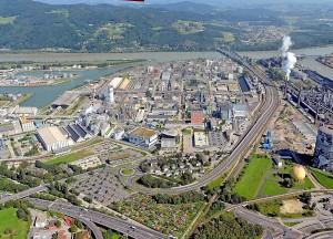 Blick auf die voestalpine (ganz rechts im Bild der Gasometer der VÖEST) und den Chemiepark als einen der größten Betriebsareale der oberösterreichischen Landeshauptstadt Linz. Im Hintergrund fließt der alte Strom der Nibelungen, die Donau, gen Wien und weiter in Richtung Schwarzes Meer. Foto: Planung, Technik und Umwelt  Pertlwieser