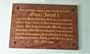 """Diese Gedenktafel zur Kasernen-Errichtung in den Jahren 1912/13 hängt im Kommando-Gebäude der """"Freiherr von Birago-Pionierkaserne Melk"""". Foto: oepb"""