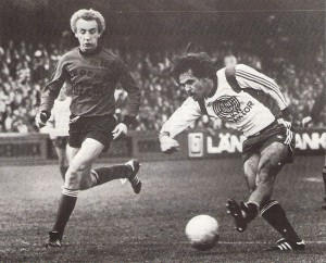 Unglaubliche 4.500 Zuschauer in der 2. Liga! Der Steyrer Gerhard Stöffelbauer (rechts) zieht ab. Aus SK Vorwärts Steyr gg. FavAC, 3 : 0 (1 : 0) vom 29. September 1979. Foto: oepb