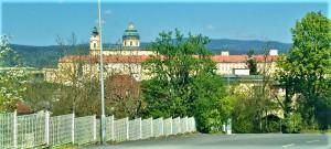 Blick vom Kronbühel-Hügel, auf dem sich die Kaserne befindet, direkt hinüber zum Stift. Dazwischen und inmitten liegt die Stadtgemeinde Melk. Foto: oepb