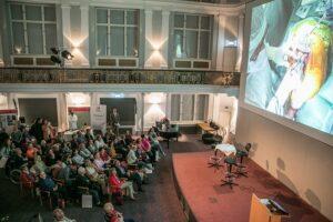 Großer Andrang im Orthopädischen Spital Speising bei der LIVE-Übertragung aus dem OP. Foto: Martin Nussbaum