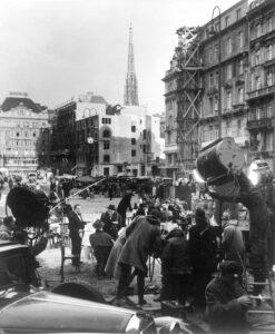 """Dreharbeiten zur Verfilmung von Graham Greenes Roman """"Der dritte Mann """" (Original: """"The Third Man"""") am Neuen Markt in Wien, 1949. Foto: Ernst Haas / Österreichische Nationalbibliothek"""