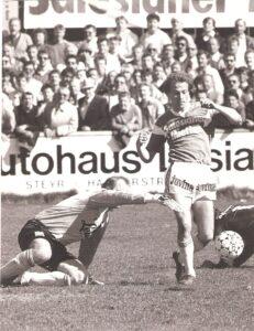 6.500 Zuschauer verfolgten am 16. April 1988 ein rassiges Match am Vorwärts-Platz. Die Heimischen trennten sich vom SK VÖEST 1 : 1 (0 : 0). Rechts im Bild der VÖEST-Spieler Paul Perstling am Weg zum 0 : 1. Steyr-Keeper Erwin Fuchsbichler (links), selbst jahrelanger VÖEST-Torhüter, hatte die Fronten gewechselt und war in dieser Szene bereits geschlagen. Foto: oepb