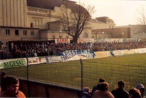 Ein voller Vorwärts-Platz, wie hier im November 1991, oder aber das spätere Vorwärts-Stadion, sorgte stets für allgemeine und gute Stimmung. 2007 waren beispielsweise über 7.000 Zuschauer bei einem Spiel der 5. Leistungsstufe gegen Union Weißkirchen zugegen. Foto: oepb