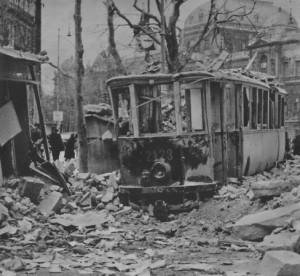 Die Aufräumarbeiten in Wien im Jahre 1945 setzten sofort nach den verstummten Bombenangriffen ein. Zahlloser Schutt türmte sich auf. Dieser musste zuerst mühsam weggeschafft werden, ehe der eigentliche Wiederaufbau einsetzen konnte. Foto: Stadt Wien / oepb