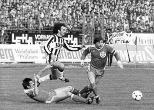 21.000 Besucher verfolgen im Herbst 1979 das Derby VÖEST vs. LASK. Die VÖEST´ler Herbert Stahl und Willi Kreuz gegen Miroslav Vukasinovic vom LASK. Foto: oepb