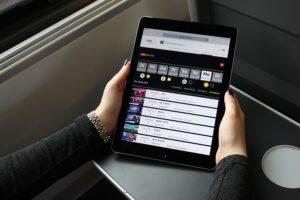 Österreichische Serien- und Filmklassiker zum Streamen! Die ÖBB bieten nun den Fahrgästen an, ORF-Live-Übertragungen von Großereignissen unterbrechungsfrei im Zug ansehen zu können. Foto: ÖBB / Aschauer