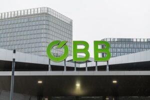 Das ÖBB Logo am Hauptbahnhof Wien leuchtet seit heute grün. Foto: ÖBB / Michael Fritscher