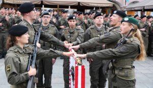 ³Ich gelobe!² - Die Soldatinnen und Soldaten leisten den Treueid auf die Standarte der 4. Panzergrenadierbrigade. Foto: BMLV / Vzlt Anton MIKLA