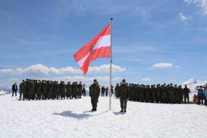 Die anzugelobenden Rekruten am Platz vor der Heilbronnerkapelle. Foto: BMLV / Fritz Steiner