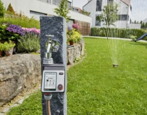 Die Bewässerungssteuerung von GARDENA spart Wasser, schenkt mehr Freizeit und versorgt die Pflanzen auch perfekt im Urlaub. Mithilfe einer Bewässerungssteuerung können die Bewässerungszeiten effizient programmiert werden. Foto: GARDENA