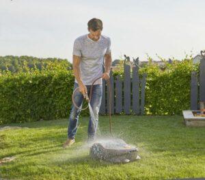 Als präziser und leiser Helfer im Garten liefert er ein ausgewogenes Schnittbild des Rasens ...