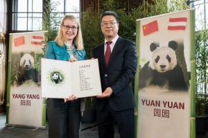 Übergabe der Unterlagen durch Peng Youdong an Bundesministerin Margarete Schramböck. Foto: Daniel Zupanc