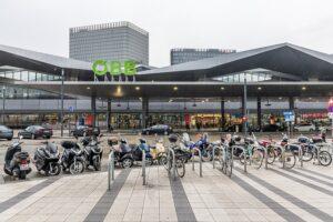... Bahnhöfe, Büros, Werkstätten, Containerkräne, alles mit 100 Prozent Grünstrom. Beide Fotos: ÖBB / Michael Fritscher