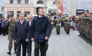 Von links: OÖ-Landeshauptmann Mag. Thomas Stelzer, dahinter Bürgermeister MMag. Klaus Luger, sowie Generalsekretär Mag. Dr. Wolfgang Baumann beim Abschreiten der Front. Foto: BMLV / Vzlt Anton MIKLA