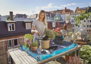 Mit der praktischen GARDENA Pflanzmatte verschmutzen weder Boden noch Tisch und mühsames Auflesen entfällt. Foto: GARDENA