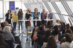 Zum Abschluss diskutierten die weiblichen Nachwuchstalente mit Top-Managerinnen über ihre neu errungenen technischen Erfahrungen und Erkenntnisse der vergangenen Tage. Foto: IBM / Pepo Schuster