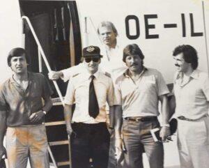 Für andere Sportarten hatte er, der selbst ein großer Sportler war, stets ein Herz. Gerade auch die Fußballer hatten es ihm angetan. So flog er eigenhändig neben der Nationalmannschaft auch beispielsweise den SK VÖEST Linz https://www.oepb.at/allerlei/70-jahre-sportklub-voeest.html zu einem Intertoto-Spiel in die Schweiz zu den Young Boys Bern. Hier im Bild am 26. Juli 1980 vor dem Abflug aus Linz-Hörsching. Von links: Thomas Parits, Flugkapitän Niki Lauda, dahinter Erwin Fuchsbichler https://www.oepb.at/allerlei/mario-kempes-versus-erwin-fuchsbichler.html Willi Kreuz https://www.oepb.at/allerlei/wilhelm-willy-kreuz.html sowie Reinhard Waldenberger von der OÖ-Kronen-Zeitung. Foto: privat
