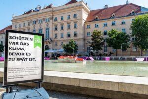 Am Tag der Umwelt (5. Juni 2019) beteiligte sich der Konzern daher an der Debatte um das Klima mit einer Botschaft, die wachrütteln soll und ließen dazu das MQ Wien im Wasser versinken. Foto: ÖBB / Michael Fritscher