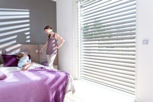... bringt ideale Lichtverhältnisse in Wohnräume und schützt vor Blendung, ohne die Sicht ins Freie zu beeinträchtigen.