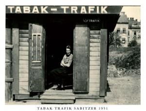 Die Tabak Trafik Sabitzer am Linzer Südbahnhofmarkt anno 1951. Foto: privat / Sammlung Karin Sabitzer