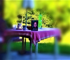Corona, Sonne, Lesezeit. Mit Ewald Lienen´s lesenswerter Autobiographie ist man dabei überaus gut beraten. Foto: oepb