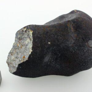 Am 15. Februar 2013 explodierte ein 20 Meter großer extraterrestrischer Körper in etwa 25 km Höhe über Russland in der Nähe der Stadt Tscheljabinsk, die vom Explosionsort ca. 65 km entfernt war. Die Energie dieser Explosion betrug etwa das 30-fache der Hiroshima-Atombombe und führte sogar in der entfernten Stadt Tscheljabinsk zu großen Zerstörungen; ca. 1.500 Menschen wurden verletzt. Überreste des Tscheljabinsk-Meteoriten sind in der weltberühmten (und weltgrößten) Meteoriten-Schausammlung im Naturhistorischen Museum Wien im Saal 5 zu sehen. Foto: NHM Wien