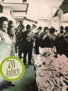 Immer wieder spielten brauchtümliche Trachten-Kapellen und Musikanten anhand von Frühschoppen am Linzer Südbahnhofmarkt auf. Hier eine Szene aus den 1970er Jahren. Foto: Stadt Linz