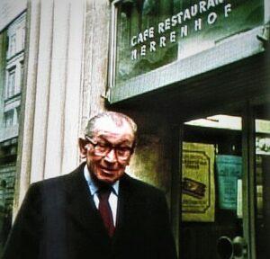 Friedrich Torberg, 1978, vor dem Café Herrenhof in Wien I. Foto: Erwin H. Aglas, oepb