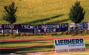 """Humor ist, wenn man trotzdem lacht. Egal, was der LASK-Anhang palavert, Blau Weiß besteht aus """"Tschickbude"""" und VÖEST Linz. Foto: oepb"""