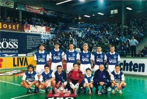 Die Blau-Weiß-Fans waren 1998 Hallensieger, die Mannschaft – noch – nicht ganz. Foto: oepb
