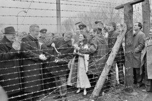 Durchtrennung des Eisernen Vorhangs bei Laa an der Thaya durch Außenminister Mock (Zweiter von links) und Jiří Dienstbier (Herr mit Zange), 17. Dezember 1989. Foto: NLK Schleich