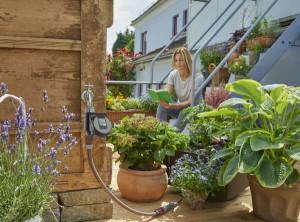 Der Bewässerungscomputer von GARDENA spart Wasser und schenkt mehr Freizeit. Foto: GARDENA