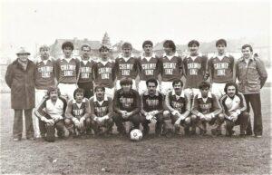 Der SV Chemie Linz in der 1. OÖ-Landesliga unter Ex-Spieler und Coach Franz Viehböck (rechts stehend) im Winter 1979/80. Foto: oepb
