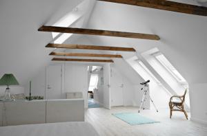 Wer beim Hausbau oder der Sanierung des Eigenheims vordenkt, kann sich einige Celsiusgrade in den eigenen vier Wänden sparen. Foto: www.VELUX.at
