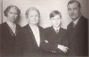 Der heranwachsende Erwin Ringel flankiert von seinen Eltern und seiner Großmama. Foto: privat / oepb