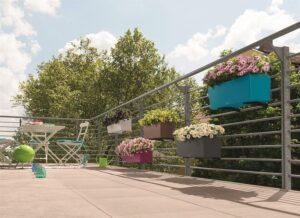 Damit wirkt der Balkon auch nach vielen heißen Tagen frisch und lebendig. Foto: Lechuza / bellaflora