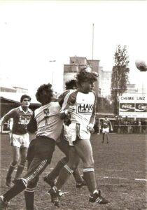 Eine Impression vom Chemie-Platz aus der Spielzeit 1980/81 in der 1. OÖ-Landesliga. Gegner der meist am Sonntag agierenden Chemiker war der SV Traun. Foto: oepb