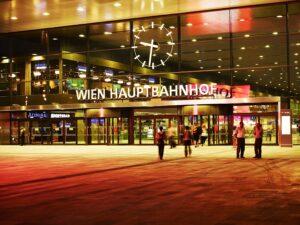 Im Rahmen des VCÖ-Bahntests wurde der Wiener Hauptbahnhof bereits zum dritten en suite zum schönsten Bahnhof des Landes gekürt. Hier ein Blick auf den Haupteingang. Foto: ÖBB / Phillipp Horak