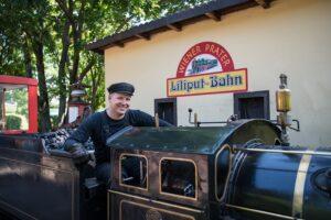 Der Zahnarzt Mathias Lidauer fungiert in seiner Freizeit als begeisterter Lokführer der Liliputbahn. Foto: ÖBB / Wegscheider