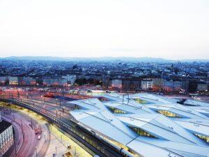 Immer wieder faszinierend und nach wie vor eine architektonische Meisterleistung ist das Rautendach des Wiener Hauptbahnhofes, der heute am Areal des ehemaligen Wiener Südbahnhofes steht. Foto: ÖBB / Phillipp Horak