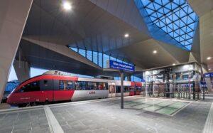 """""""Bitte einsteigen, Vorsicht, die Türen schließen automatisch!"""" Eine ÖBB-Garnitur verlässt jeden Moment den Perron des Wiener Hauptbahnhofes. Foto: ÖBB / Roman Bönsch"""