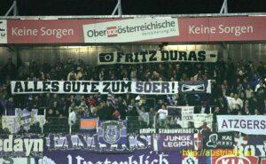 Die Austria-Fans gratulieren ihrem Haus- und Hof-Fotographen zum 50. Geburtstag. So geschehen am 15. Oktober 2011 beim Auswärtsspiel in Ried. Foto: Fritz Duras