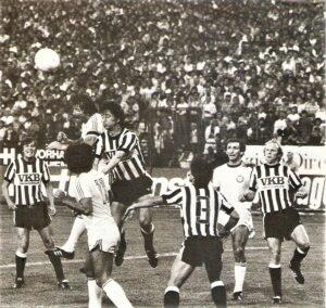 """Wenngleich der Einstand in Linz negativ ausfiel, verbindet Manfred Mertel (zweiter von rechts) mit dem SK VÖEST bis heute gute und positive Erinnerungen. Im Bild von links: Heinz Singerl, Max Hagmayr (Nr. 11), Willi Kreuz, Edi Krieger, Gert Trafella (Nr. 3), Manfred Mertel, sowie Josef """"Jupp"""" Bläser. Aus LASK gg. SK VÖEST Linz, 3 : 1 (1 : 1) vom 17. August 1979 vor 26.000 Zuschauern im Linzer Stadion. Foto: oepb"""
