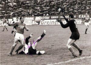 In der höchsten Spielklasse, der Bundesliga, die damals noch Nationalliga hieß, traf der LASK zuletzt in der Saison 1970/71 auf die WSG Wattens. Hier eine Spielszene aus der Spielzeit davor, vom Samstag, 16. Mai 1970. Der LASK gewann im Linzer Stadion bei strömendem Regen vor 3.000 Zuschauern mit 3 : 0 (3 : 0). Im Bild von links: Adolf Jud (Wattens), der zweifache Torschütze an diesem Tag Kurt Leitner (LASK, am Boden), sowie Friedl Koncilia (Wattens). Foto: oepb