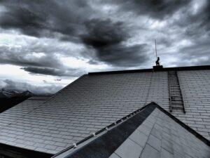 Auch wenn das herannahende Sommergewitter noch so grimmig aussieht, mit dem richtigen Dach über dem Kopf ist auch diese Gefahr nur mehr die Hälfte wert. Foto: Eternit