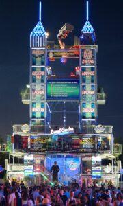 """Familien-Attraktion samt Adrenalin Kick in luftiger Höhe: 30,5 Meter, neun Etagen und mehr als 1.100 Quadratmeter voller surrealistischer Überraschungen. Der """"Event Tower"""" ist ein neues Highlight am Urfahraner Herbstmarkt. Foto: Stadt Linz"""